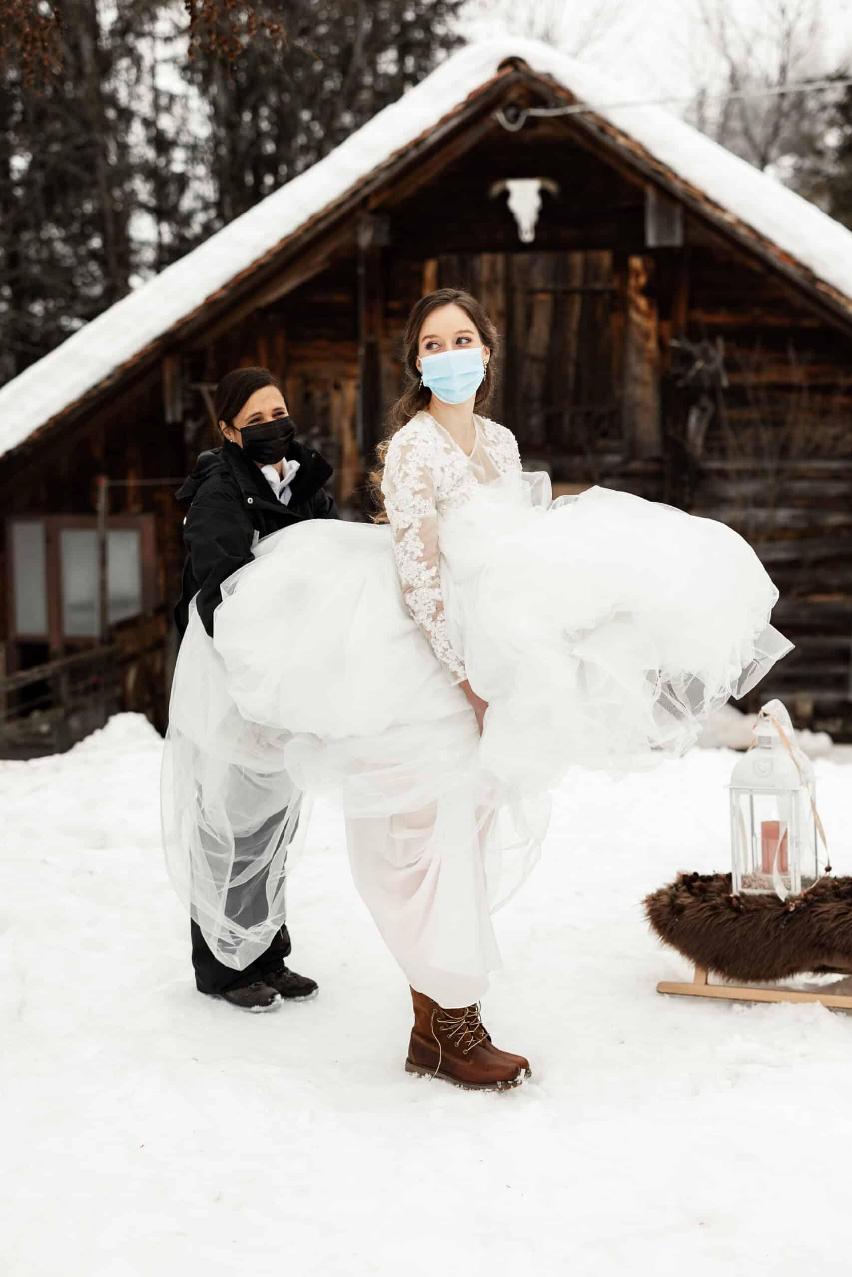 Corona Hochzeit in der Schweiz, die Braut im Hochzeitskleid mit Maske